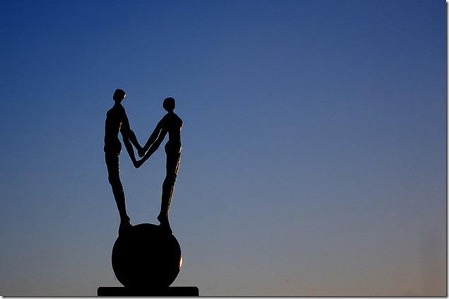 Couple se tournant le dos